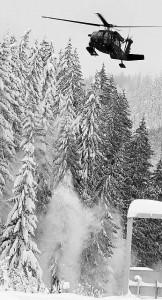 Heli blaast sneeuw van de bomen Arlberstrasse